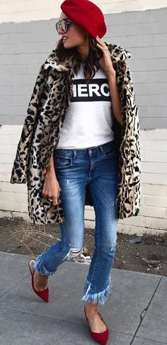 what to wear with an animal printed coat : red hat + printed tee + jeans + loafers Best Casual Outfits, Professional Outfits, Cool Outfits, Party Outfits, Autumn Fashion Casual, Autumn Winter Fashion, Winter Style, Cold Weather Fashion, Spring Outfits