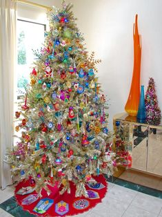 It may take years to amass, but a collection of vintage Jewel Brite ornaments looks amazing on a large metallic tree. Get instructions on how to make this no-sew felt tree skirt >> Retro Christmas Tree, Classic Christmas Decorations, Beautiful Christmas Trees, Christmas Tree Themes, Noel Christmas, Vintage Christmas Ornaments, Christmas Crafts, Rustic Christmas, White Christmas