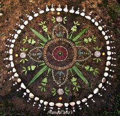 ⊰❁⊱ Mandala ⊰❁⊱ Voice of Nature - Amazing mandalas by Mandal'ana's Mandala Art, Mandalas Drawing, Art Et Nature, Nature Crafts, Land Art, Art Environnemental, Ephemeral Art, Art Sculpture, Environmental Art