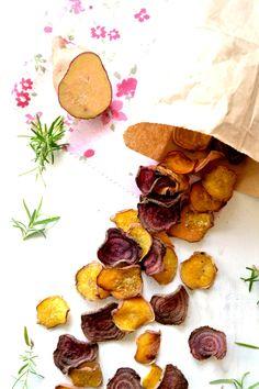 Sweet Gula: Chips de Beterraba e Batata Doce  Ingredientes: | 5 c. (sopa) de sal | 2 c. (sopa) de açúcar | 1 c. (sopa) de alecrim seco (Margão) | 1 pitada de pimenta (Margão) | 1 beterraba | 1 batata doce
