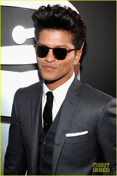 Bruno Mars - Grammys 2012 Red Carpet - bruno-mars Photo  THIS ONES FOR YOU MANDITS!!!!  can't wait, haw?!?  THE !!! Lol