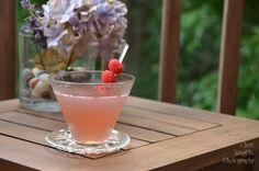 Barefoot Raspberry Lemonade: Riesling wine, raspberry liqueur, triple sec, lemonade - www.intoxicologist.net