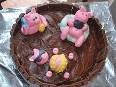 Pigs in the mud cake with fondant and kit kats Animal Cupcakes, Cute Cupcakes, Beautiful Cakes, Amazing Cakes, Fondant Cakes, Cupcake Cakes, Pigs In Mud Cake, Piggy Cake, Party Cakes