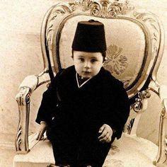 Sürgündeki Osmanlı ailesinin dramı Şehzade Mehmed Abid Efendi, Sultan Abdülhamid'in en küçük oğluydu. Paris'te siyaset bilimi okudu ama hayatı sıkıntılar içinde geçti.
