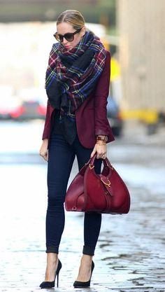 Inspiração do dia_look de Inverno_cachecol_pashmina tartan_blazer vinho_calça skinny_look de trabalho_moda para trabalhar no inverno