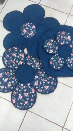 2 piece bathroom set (vase cover and rug), produced in fabric or cloth . Bathroom Towel Decor, Bathroom Crafts, Bathroom Sets, Diy Crafts Hacks, Diy And Crafts, Diy Projects, Army Birthday Cakes, Old Jeans Recycle, Acrylic Blanket