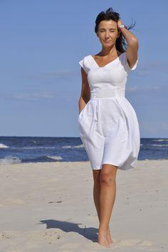 """Rosella/ sukienka włoska. Sukienka wykonana z wiskozy, delikatnie wytłaczany wzór w tym samym kolorze, z pięknym dekoltem w kształcie litery """"V"""", mocno taliowana, dół rozkloszowany z zakładkami i kieszeniami, model podkreślający kobiece kształty, wyjątkowo subtelny #fashion #summer #polishfashion #women #casual"""