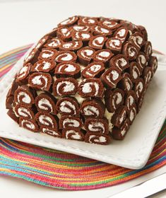 Frozen swiss cake roll ice cream sandwich cake Ingredients : Four ice cream sandwiches Half of a container of. Frozen Desserts, Frozen Treats, Frozen Cake, Bolo Pinata, Swiss Cake, Easy Cake Decorating, Decorating Ideas, Sandwich Cake, Cake Cover