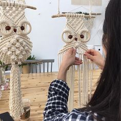 No photo description available. Macrame Owl, Macrame Knots, Macrame Wall Hanging Patterns, Macrame Patterns, Macrame Curtain, Macrame Design, Macrame Tutorial, Macrame Projects, Diy And Crafts
