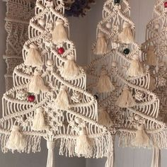 Photos and Videos Macrame Design, Macrame Art, Macrame Projects, Macrame Knots, Macrame Curtain, Macrame Plant Hangers, Holiday Crafts, Christmas Crafts, Theme Noel