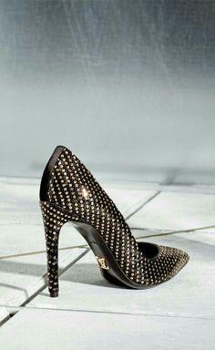 Louis Vuitton. Salón negro con apliques dorados.