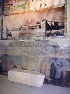 O Imperador Deocleciano governou o império romano por 20 anos construiu essa imensidão...hoje dividida em museu,lojas,bares ,restaurantes.Morou lá em 305 d.C. O Palácio de Deocleciano ocupa grande parte da orla.