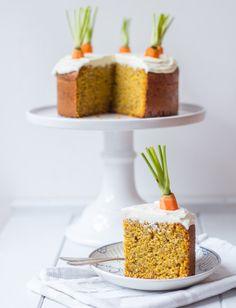 Sobald wir uns im Frühling befinden, bekomme ich immer richtig Heißhunger auf Karottenkuchen oder Möhrenkuchen oder Rüblikuchen - je nachdem, wie ihr den nennt. Früher dachte ich immer, dass mir so ein Kuchen niemals schmecken würde. Karotten im Kuchen? Gemüse?...