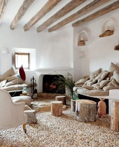 wohnzimmer landhausstil gestalten rustikal steinbodenbelag baumstämme                                                                                                                                                                                 Mehr