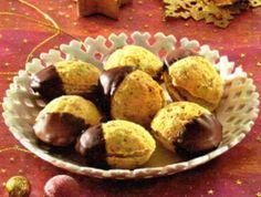 Na těsto potřebujeme: 180g hl. mouky, 70g moučk.cukru, 120g mlet.ořechů, 120g Hery, 1 vejce, tuk na formičky Na krém potřebujeme: 100g másla nebo máslové hery, 60g moučk. cukru, 2 lžíce tekutehé medu, 120g mlet. ořechů Dále potřebujeme: 100g tmavé čokolády na dokončení Mouku prosát s moučk. cukrem, přidat mleté ořechy, heru a vejce, vypracovat hladké těsto. Formičky vytřít rozpuštěným tukem, do každé vtlačit kousek těsta, péct v předehřáté troubě kolem 180°C asi 10 minut, hotové vyklopit a… Ale, Muffin, Breakfast, Food, Christmas, Morning Coffee, Xmas, Ale Beer, Essen
