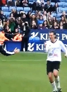 Harry Styles Hugs Niall Horan After Scoring Soccer Goal, Pulls Prank on Piers Morgan | Cambio