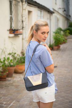 - Antoinette Ameska - Pochette en cuir Tokyo bleu pétrole paillette taupe  #antoinetteameska #couleur #artdéco #mannequin #blonde #paris