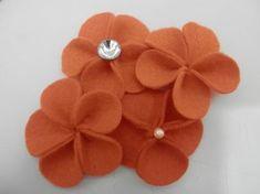 Florzinha básica, bem simples e fácil de fazer com feltro. Essa e mais formas veja em http://alinnemarques.blogspot.com.br/...