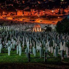 Bosna Hersek'te Aliya İzzetbegoviç'in kabrininde bulunduğu şehitlik…  Fotoğrafı gönderen: Uğur Akbulut