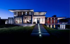 WhippleRussell Architects have recently completed Walker Road, a three-storey home in the Great Falls area of Virginia, a suburb of Washington D. Industrial Home Design, Industrial House, Contemporary Architecture, Architecture Design, Three Story House, West Coast Living, Modern House Floor Plans, Hillside House, Washington