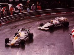 "Seu desempenho inovador. Aqui Ayrton está perseguindo Keke Rosberg no encharcado  GP de Mônaco, 1984 - ""His breakthrough performance. Here Ayrton is chasing Keke Rosberg in the rain-soaked 1984 Monaco GP."" -Fonte: The last 96 hours of Ayrton Senna. http://8w.forix.com/senna1994.html -  http://ayrtonsennavive.blogspot.com.br/2011/11/porque-familia-senna-nao-gostavam-de.html"
