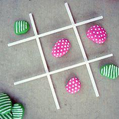 Estas ideas me han parecido entretenidísimas, mientras disfrutamos de un día de playa o campo con ellos, podemos buscar diferentes tipos y tamaños de piedras y con ellas realizar varios juegos.