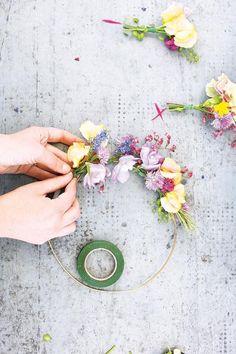 Blumenkranz fürs Haar selber machen - [GEOLINO] Easy Flower Crafts That Anyone Can Do Arts and craft Braided Crown Hairstyles, Diy Hairstyles, Wedding Hairstyles, Felt Flowers, Flowers In Hair, Flower Hair, Diy Flower, Fleurs Diy, Diy Wedding Hair
