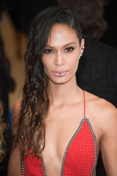 Selena Gomez's pink eyeshadow, Lily Collins' bob and Joan Smalls' lip rings were the night's most memorable hair and makeup looks at the 2017 Met Gala in NYC on May 1 — scroll through the gallery! Makeup Looks 2017, Celebrity Makeup Looks, Celebrity Style, Celebrity Jewelry, Joan Smalls, Gisele Bundchen, Lily Collins Bob, Celebrity Hairstyles, Cool Hairstyles