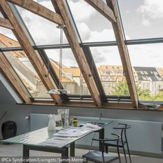 Eine Große Fensterfront Sorgt Für Viel Natürliches Tageslicht Und Schafft  Eine Lockere, Luftige Atmosphäre.