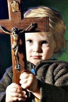 signum crucis: Los demonios tiemblan ante la señal de la cruz de nuestro Señor, por el que triunfó sobre ellos y desarmado.  - San Antonio Abad