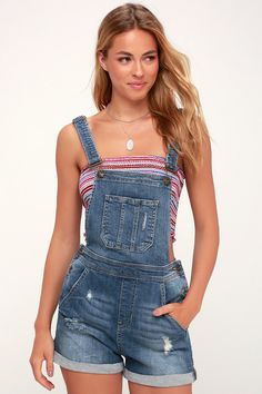 Keeping it casual this morning with this medium wash distressed short overall. Overall Shorts Outfit, Overalls Outfit, Summer Shorts Outfits, Short Outfits, Casual Wear, Casual Outfits, Fashion Outfits, Winter Outfits, Women's Fashion