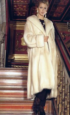 All Things Stylish And Furry Fur Coat Fashion, Fabulous Furs, White Fur, Mink Fur, Material Girls, Swagg, World Of Fashion, Gorgeous Women, Faux Fur