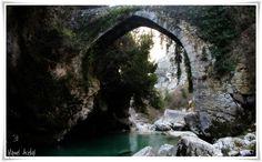 """Medieval Spain. En Poncebos (Asturias) el """"Puente La Jaya"""" cruza el río Cares para dar acceso a la """"Canal del Texu"""". Antes de la instalación del funicular, éste era el principal acceso a Bulnes y al Macizo Central de los Pîcos de Europa."""