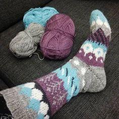 Se on valmis, ja hyvähän siitä tuli vaikka eilen vielä epäilin. Onneksi en purkanu vaan jatkoin vaan eteenpäin, nyt vaan tälle pari puikoille. 😊👍 Kiitos ohjeesta @muitaihania , oli kiva neuloa yhdessä ja odottaa aina seuraavaa päivää ja uutta kuviota! #muitaihaniasyyssukat #novita #neulottua #knitting Wool Socks, Knitting Socks, Hand Knitting, Knit Patterns, Clothing Patterns, Boot Toppers, Yarn Ball, Designer Socks, Tuli