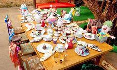 Alice no País das Maravilhas é tema de uma festa infantil caseira e charmosa! Confira! #decoração