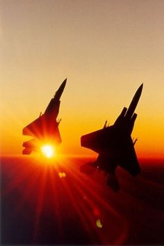 A pair of Strike Eagle going vertical at sunset. Jet Fighter Pilot, Air Fighter, Fighter Jets, Airplane Fighter, Fighter Aircraft, Military Jets, Military Aircraft, F4 Phantom, Jet Plane