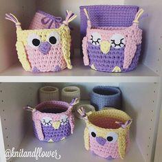 Приветики! Что-то Инстаграм фотки мои удаляет. Это потому, что я одно и то же выкладываю что ли?  Вяжу тоже одно и то же  #совы_kf Crochet Cozy, Crochet Owls, Crochet Motif, Diy Crochet, Crochet Basket Pattern, Knit Basket, Crochet Organizer, Holiday Crochet, T Shirt Yarn