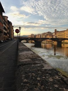 Do you like hiking or walking? Probing around the globe on foot? Strap on your hiking boots and follow me on my walking route around Florence. I'd like to take you with me from the Ponte Vecchio to the Piazzale Michelangelo. I'll give you information about where to go and what you'll see along the way. And the best thing is: it's free! Yea, who doesn't like a little freebie thrown your way every now and then?