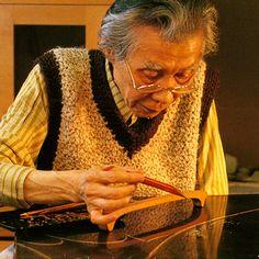 National Living Treasure of Japan as a maki-e lacquer artist, Shogyo OBA (1916~2012) at work. 大場松魚(人間国宝)