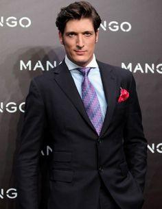 Luis de Medina lució esta combinación ganadora en el desfile de MANGO en París, con camisa azul de cuello blanco, corbata en zigzag en azulones y malvas, y pañuelo color clavel.