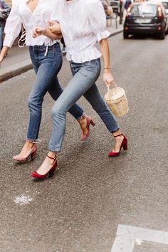 Blusa com manga bufante, calça jeans, sandália mari jane, scarpin