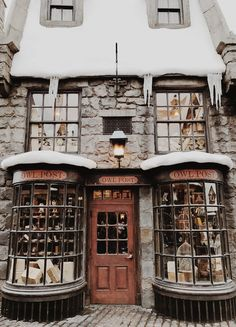 The snow covered owl post building in Hogsmeade, a short distance away from Hogwarts. By Noelle Downing Harry Potter Wallpaper, Harry Potter World, Harry Potter Places, Harry Potter Shop, House Ideas, Shop Fronts, Slytherin, Architecture, Vsco