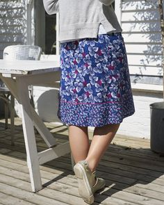 Inspired by the beauty and tranquillity of the Japanese Gardens of Iford Manor, our new Floating Flowerhead Skirt is guaranteed to brighten up your wardrobe with its floral print and vibrant colours. The lightweight aline skirt features pink stitching, separating the change of print pattern.