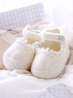 Stricken The good news is: the pattern for these supercute shoes is free! The bad news is… – Stricken Baby Knitting Patterns, Knitting For Kids, Knitting Socks, Baby Patterns, Free Knitting, Knitting Projects, Knit Baby Shoes, Knitted Baby Clothes, Crochet Baby Booties