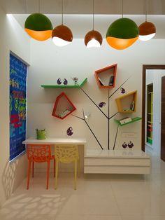 gestaltungsideen für kinderzimmer-schulkinder tisch hochglanz bunte stühle