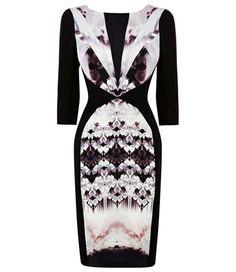 Une robe-papillon  Robe à imprimés tribaux, Warehouse, 84 €.