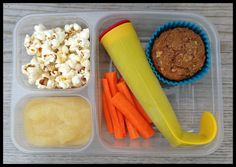Great lunch ideas for kids! Popcorn, applesauce, carrots, berry/yogurt/spinach/banana smoothie pop, and a whole-grain zucchini muffin Kids Lunch For School, Lunch To Go, School Lunches, Kid Lunches, Lunch Time, Lunch Snacks, Healthy Snacks, Popcorn, Planning School