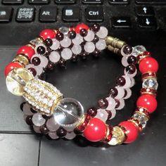 天然石ブレスレット_ガーネット+ローズクオーツ+水晶のビーズ編み  多面体カットのローズクオーツ(約6mm)+水晶(約6mm)、ガーネット(約5mm)トップは水晶(約12.5mm)、レッドストーンは赤サンゴ風染めです。 すべて天然石を使った世界で一つのオリジナルブレスレットです!!