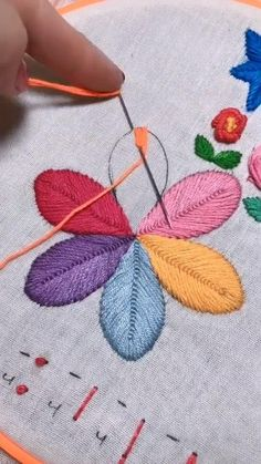 Hand Embroidery Patterns Flowers, Hand Embroidery Videos, Embroidery Stitches Tutorial, Embroidery Flowers Pattern, Learn Embroidery, Embroidery Techniques, Ribbon Embroidery, Embroidery Ideas, Back Stitch Embroidery
