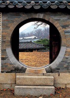 월간조선 > 한옥과 한옥의 정신을 담아 낸 故 김대벽 사진작가의「한옥의 향기」 Japan Architecture, Chinese Architecture, Architecture Details, Landscape Architecture, Interior Architecture, Asian House, Cottage Garden Plants, Roof Detail, Earthship